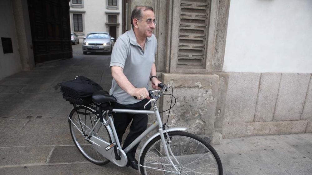 Resultado de imagem para O arcebispo do povo, entre a oração e a bicicleta