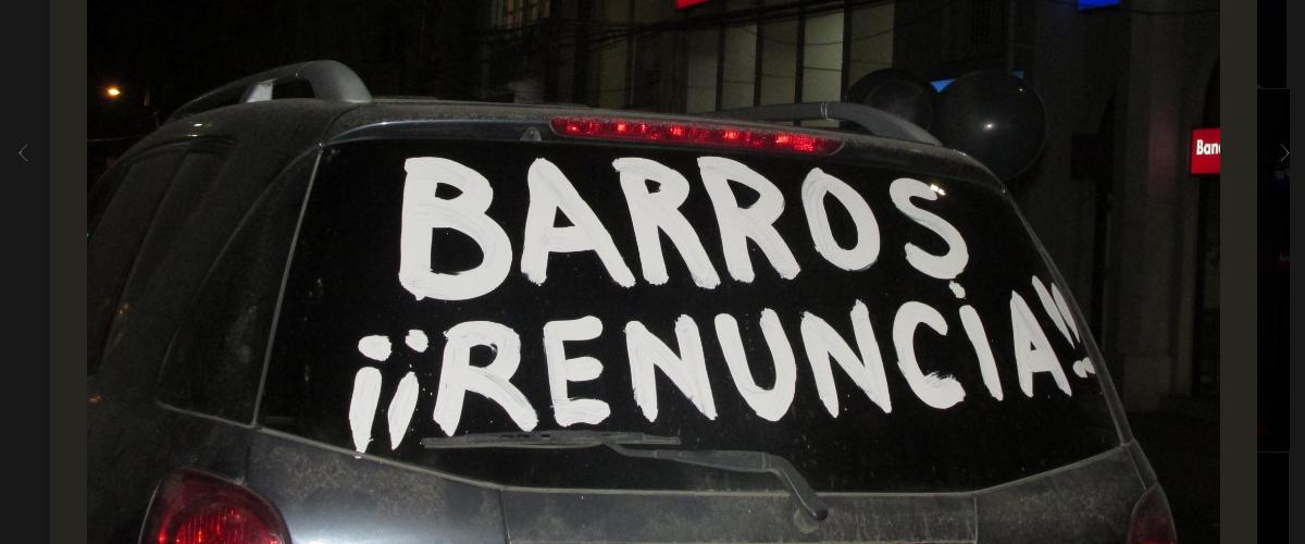 13_04_protesto_contra_bispo_barros_foto_no_parar_de_luchar_twitter.jpg