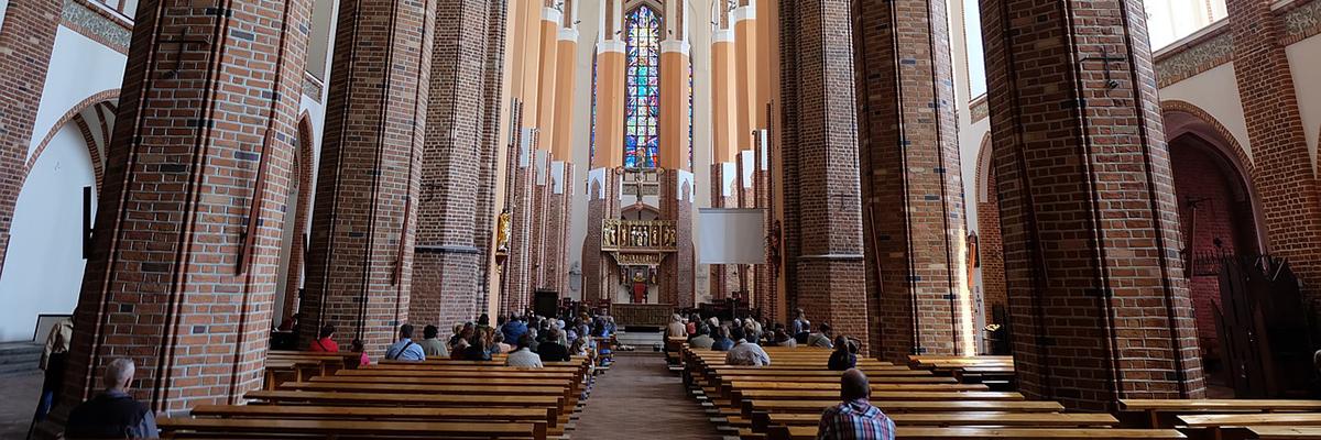 17_04_pessoas_orando_na_igreja_foto_pixabay.jpg