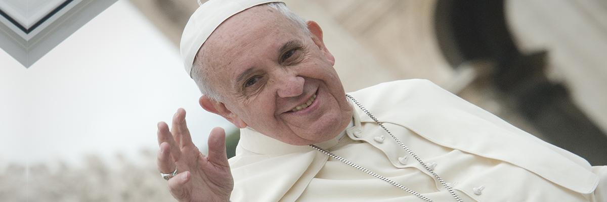 16-07-2018-papa-francisco-alegre-acenando_JeffreyBrunoAleteia.jpg