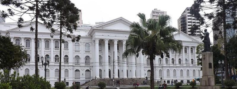 """""""A desinformação sobre as Universidades Públicas é proposital e tem a intenção de justificar o discurso privatista"""". Entrevista com Mônica Ribeiro"""