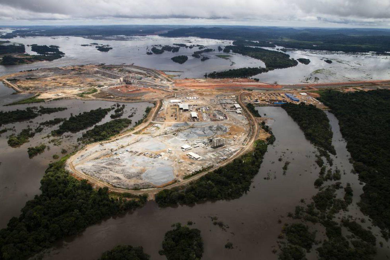 A barragem de Pimental, que pode ter risco de dano estrutural caso a vazão se torne muito baixa, desfigurou a paisagem da Amazônia no Médio Xingu (Foto: André Villas-Bôas | ISA)