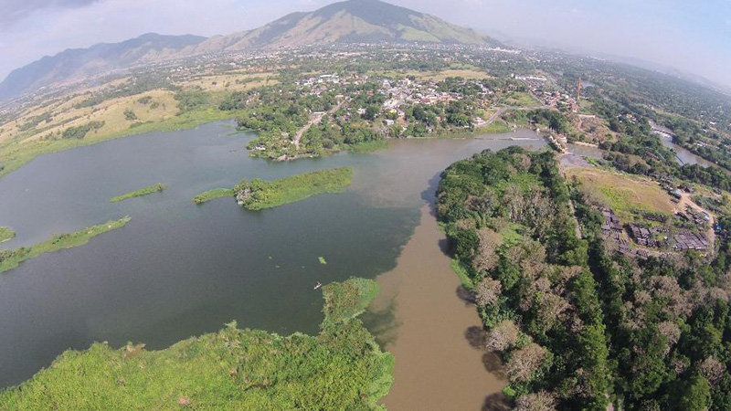 Ponto de captação de águas na ETA do Rio Guandu na Baixada Fluminense, no Rio, e a poluição da água
