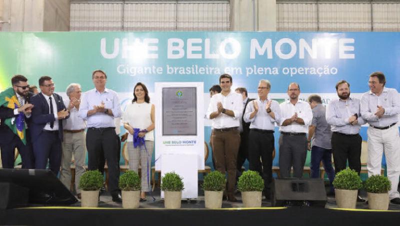 Em 27 de novembro de 2019, o presidente Jair Bolsonaro celebra o término oficial da construção da mega-hidrelétrica de Belo Monte, inaugurando sua última turbina. Especialistas temem que a usina nunca se torne economicamente viável devido ao agravamento da seca e ao desmatamento a montante do Rio Xingu, que reduziu sua vazão. (Foto: Palácio do Planalto)