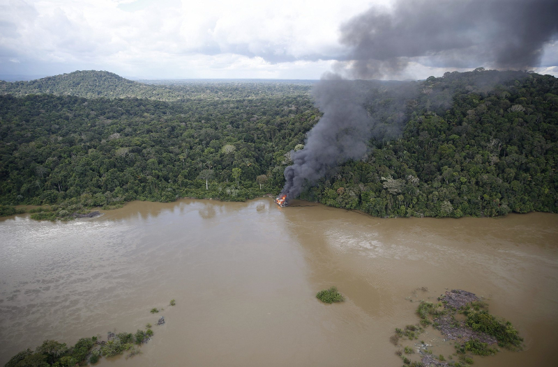 Maquinário de garimpo ilegal incendiado por fiscais do Ibama no Pará. (Foto: Ibama)