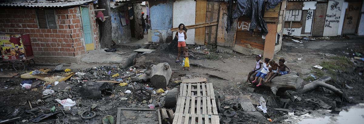 moradores_complexo-da-mare_foto_fernando_frazao_agencia_brasil.jpg