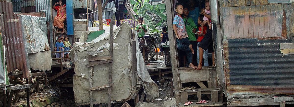 pobreza_jacarta_foto_jonathan_mcintosh_wikimedia_commons.JPG